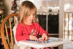 Kleinkind des jungen Mädchens, das eine Laubsäge herstellt Stockfotografie