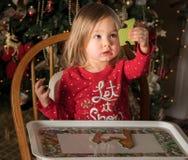 Kleinkind des jungen Mädchens, das eine Laubsäge herstellt Stockfotos