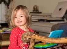 Kleinkind des jungen Mädchens, das mit Spielzeugcomputer spielt Stockbilder