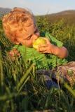 Kleinkind draußen Stockfotos