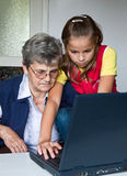 Kleinkind en grootmoeder Stock Foto