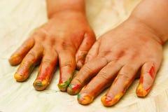 Kleinkind fingerpainting Lizenzfreies Stockbild