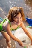 Kleinkind glücklich zu helfen, Auto zu waschen Lizenzfreie Stockfotos