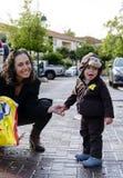 Kleinkind im Affekostüm Stockfotos