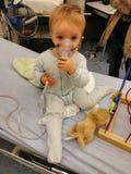 Kleinkind im Krankenhaus auf Sauerstoff stockfotografie