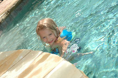 Kleinkind im Pool Stockfotografie