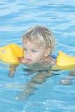 Kleinkind im Swimmingpool Stockbild