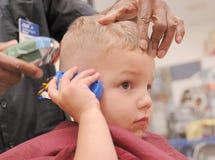 Kleinkind-Junge, der Haarschnitt erhält Stockfoto