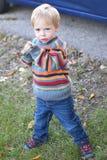 Kleinkind-Junge, der mit Stock spielt Lizenzfreies Stockfoto