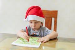 Kleinkind-Junge zeichnet Filzstiftweg im Labyrinth Frühes Entwicklungskonzept stockbilder