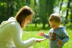 Kleinkind-Kind mit Mutter Stockfoto