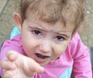 Kleinkind, Kleinkind, oben betrachtend Kamera, mit Ausdruck. Lizenzfreie Stockfotos