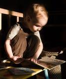 Kleinkind liest Lizenzfreie Stockbilder