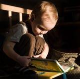 Kleinkind liest Stockbild