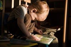 Kleinkind liest Stockfoto