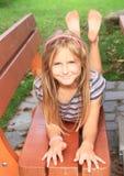 Kleinkind - Mädchen auf einer Bank Lizenzfreie Stockfotografie