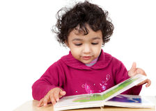 Kleinkind-Mädchen, das ein Abbildung-Buch liest Stockfotos