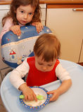 Kleinkind-Mädchen, das Getreide isst stockbild