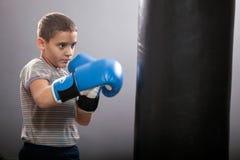 Kleinkind mit Boxhandschuhen Stockfoto