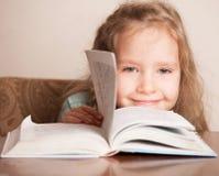 Kleinkind mit Buch Stockbilder