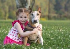 Kleinkind mit einem großen Stier terreir Lizenzfreies Stockfoto