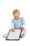 Kleinkind mit einem Klemmbrett lizenzfreie stockfotos