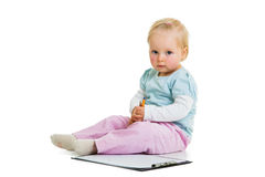 Kleinkind mit einem Klemmbrett lizenzfreies stockfoto