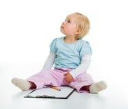 Kleinkind mit einem Klemmbrett lizenzfreies stockbild