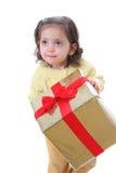 Kleinkind mit einem Weihnachtsgeschenk Lizenzfreies Stockfoto
