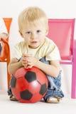 Kleinkind mit einer Kugel Stockfotos