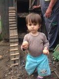 Kleinkind mit frischen Eiern Stockbilder