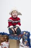 Kleinkind mit Geschenkboxen Stockfotos