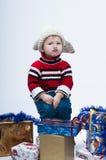 Kleinkind mit Geschenkboxen Stockfoto
