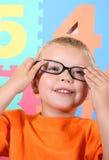 Kleinkind mit Gläsern Stockfoto
