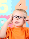Kleinkind mit Gläsern Stockfotografie