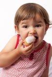 Kleinkind mit 2-Jährigen mit Appetit auf Bonbons Stockfotografie