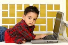 Kleinkind mit Laptop lizenzfreie stockfotografie
