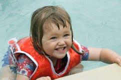 Kleinkind mit Schwimmweste Stockfotografie