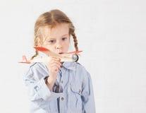 Kleinkind mit Spielzeug Lizenzfreie Stockbilder