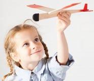 Kleinkind mit Spielzeug Stockfotografie