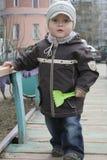 Kleinkind mit Spielzeugspaten Stockfoto
