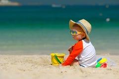 Kleinkind mit zwei Jährigen, das auf Strand spielt Lizenzfreie Stockfotos