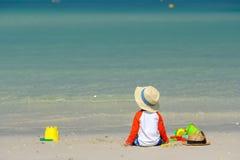 Kleinkind mit zwei Jährigen, das auf Strand spielt Stockfotografie