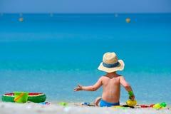 Kleinkind mit zwei J?hrigen, das auf Strand spielt stockfoto