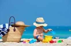 Kleinkind mit zwei J?hrigen, das auf Strand spielt lizenzfreie stockfotos