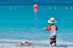 Kleinkind mit zwei J?hrigen, das auf Strand spielt lizenzfreie stockfotografie