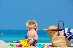 Kleinkind mit zwei J?hrigen, das auf Strand spielt lizenzfreie stockbilder