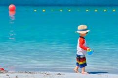 Kleinkind mit zwei J?hrigen, das auf Strand spielt lizenzfreies stockfoto