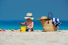 Kleinkind mit zwei J?hrigen, das auf Strand spielt stockbilder