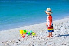 Kleinkind mit zwei J?hrigen, das auf Strand spielt lizenzfreies stockbild